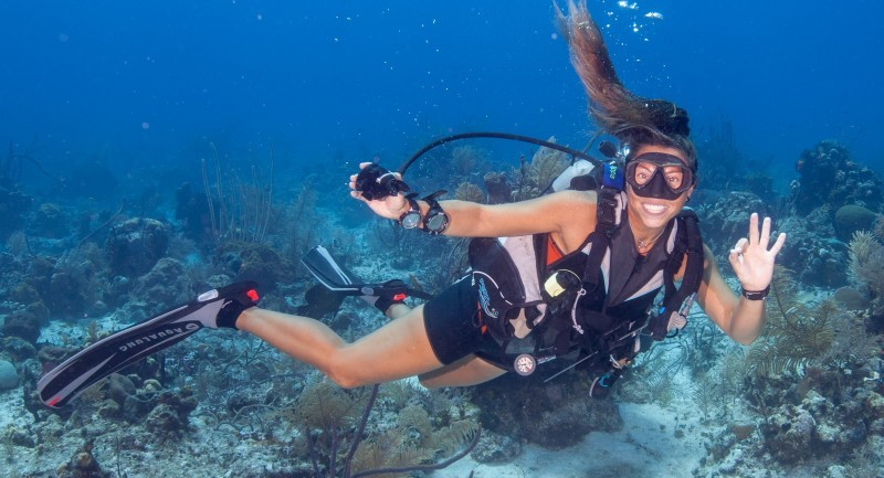 Sexy_Womens_Wetsuits_ScubaDivingGirls_PippaSwannell_Smiling_VladJelnin_By_TruliWetsuits-e1472570469189.jpg